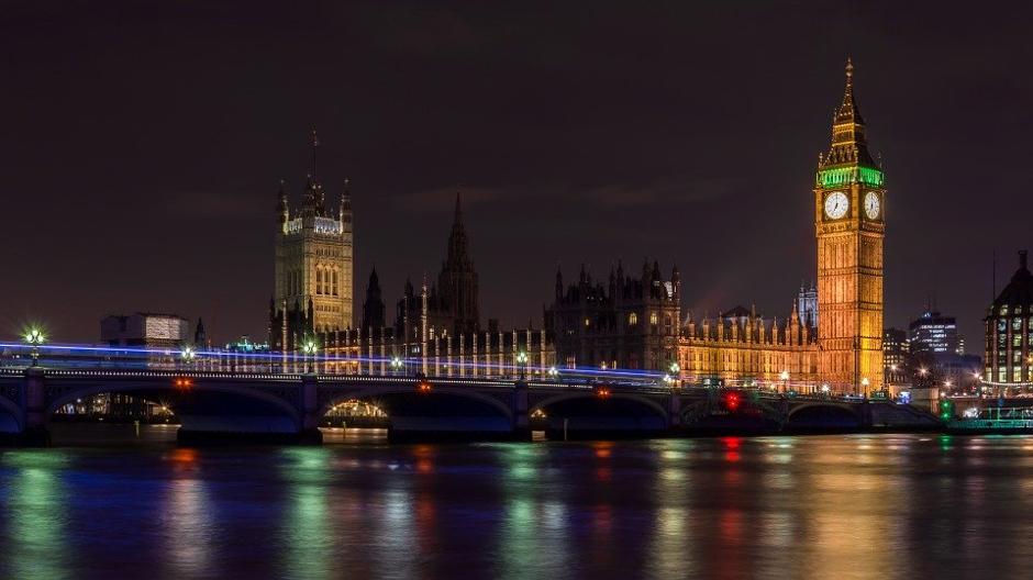 הביג בן וגשר לונדון בשעת לילה