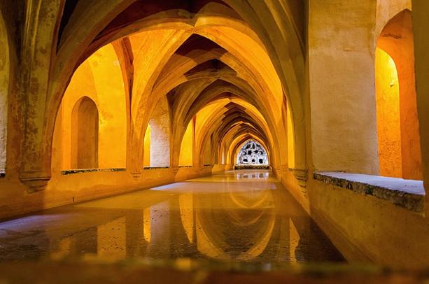 ארמון אלהמברה, גרנדה. ברקע - רכס סיירה נבדה המושלג מסדרון בארמון אלקזר, סביליה