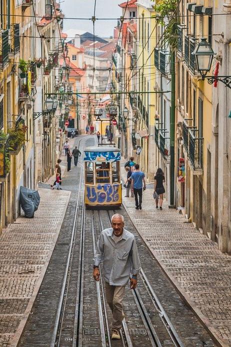 רחובות ליסבון עם הרכבות החשמליות
