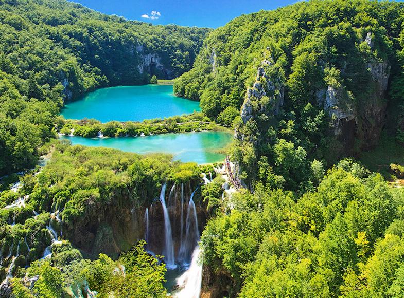 מפת קרואטיה ודגלה בית הקברות המפורסם מירוגוז' בזגרב אחד מאגמי פליטביצה