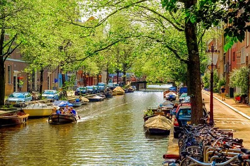 אחת מתעלות המים באמסטרדם