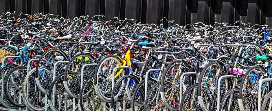 חניית אופניים באמסטרדם – כלי התחבורה המרכזי בעיר