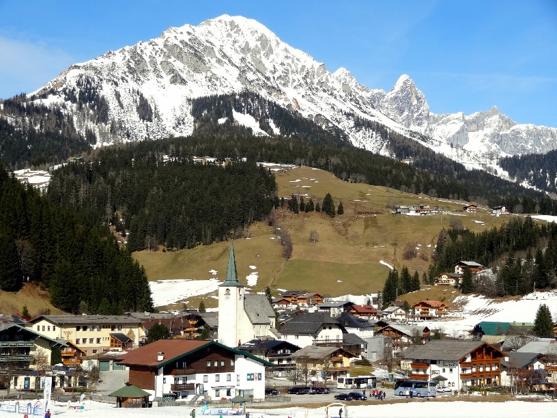 העיירה פליזמוס על נוף רכס דאכשטיין